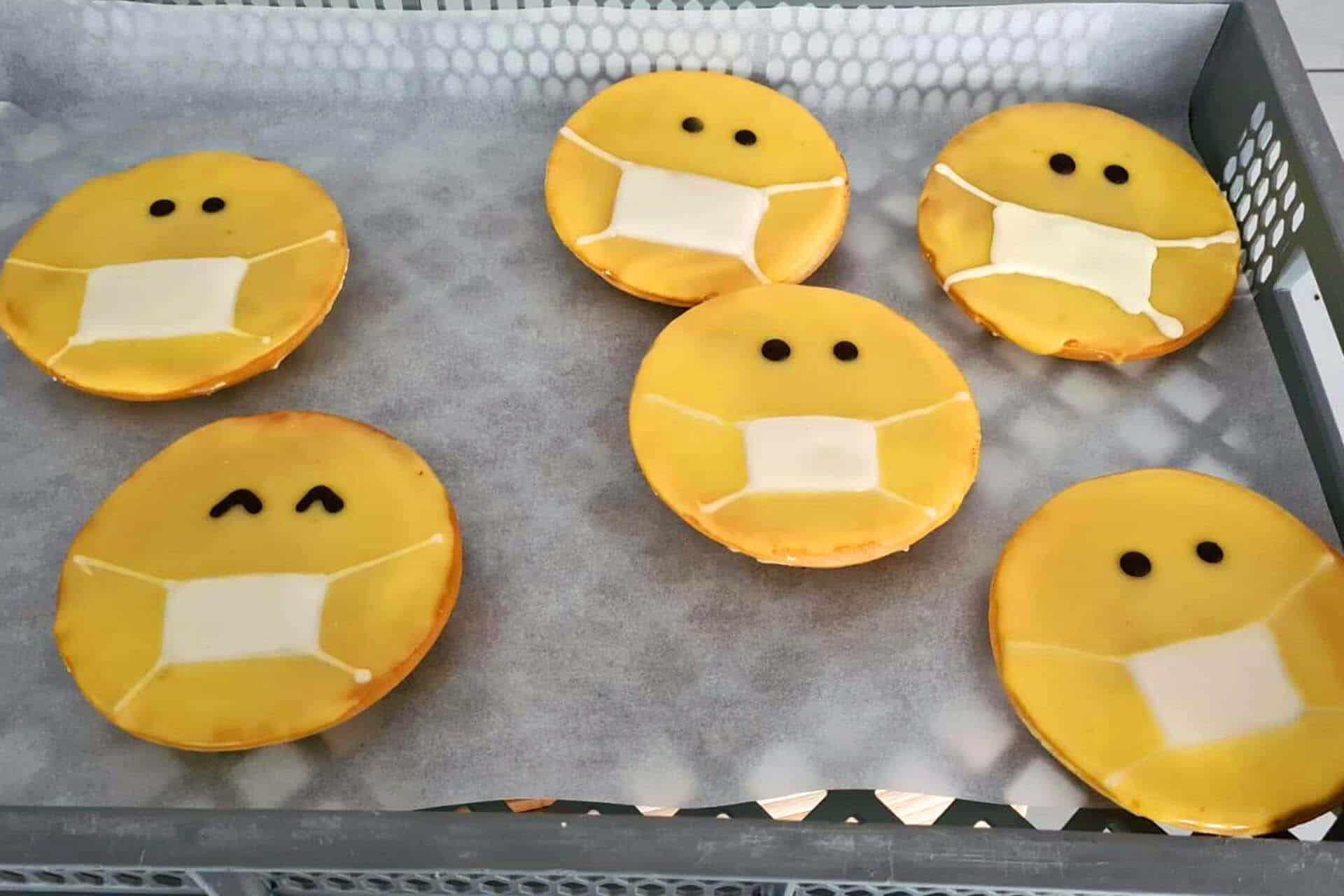 Humor- und geschmackvolle Amerikaner mit Mundschutz (Produktmuster von Emil Reimann Bäckerei)